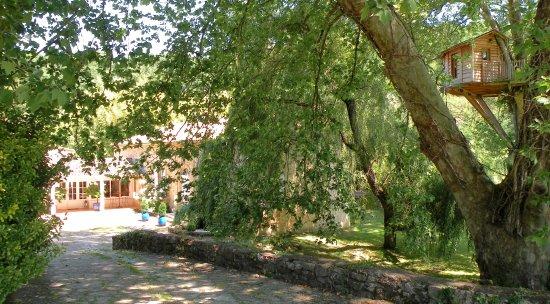 Rauzan, France : L'ensemble du Domaine du Moulin de Rioupassat datant du XVIIè et la cabane