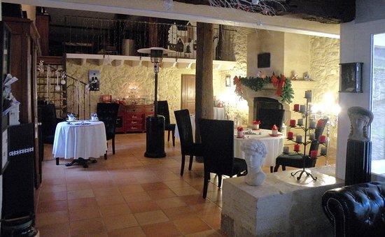 Rauzan, France : Salon des petits déjeuners, charme et romantisme, bougeoir sur les tables et un fond de jazz