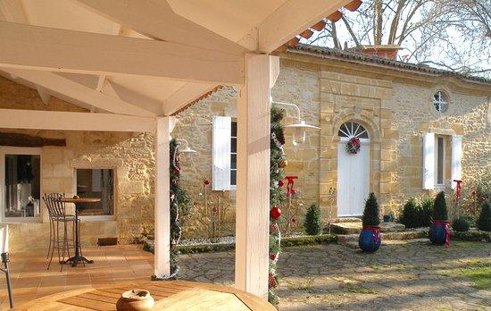 Rauzan, France : sous l'abris  entre les deux corps du Moulin une terrasse pour déguster