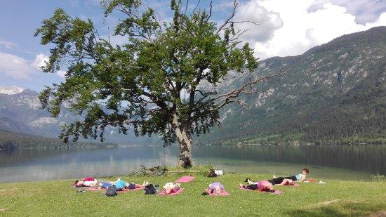 Bohinjsko Jezero, Eslovenia: Lakeside yoga Bohinj, joga ob Bohinjskem jezeru, outdoor yoga Bohinj, joga v naravi, Bohinj lake