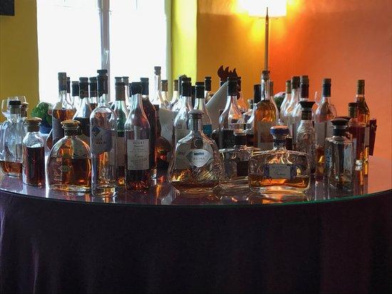 Pons, ฝรั่งเศส: Le choix des cognacs à l'Hôtel de Bordeaux