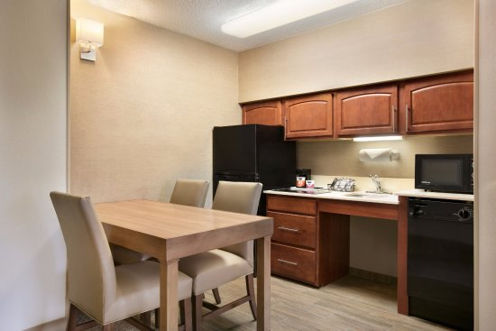 Hampton Inn & Suites Hershey: One-Bedroom Suite Accessible Kitchen