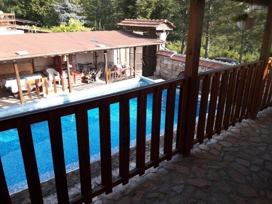 Bozhichen, Bulgaria: Blick von der Terrasse zum Pool und zur Bar