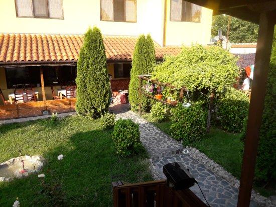 Bozhichen, Bulgaria: Blick von der Terrasse zum Restaurant