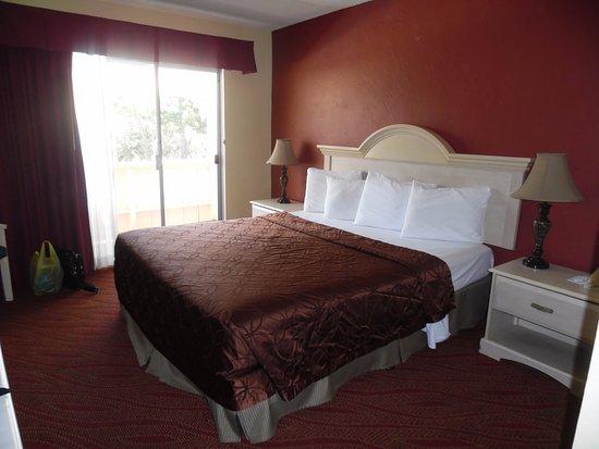 Americas Best Value Presidents Inn on Munras: Nice sized room
