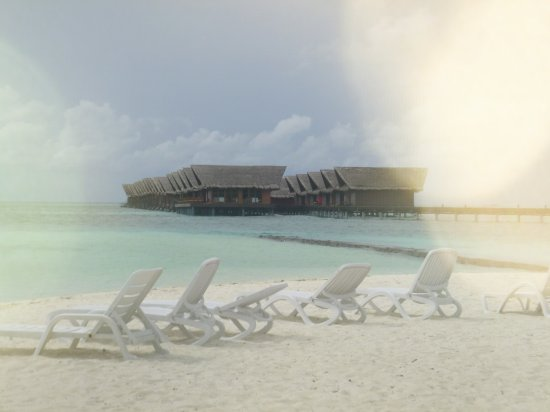 Adaaran Select Hudhuranfushi: Villas sur pilotis depuis les beach villas.