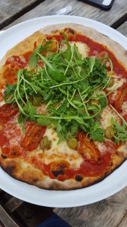 Radlett, UK: Enjoying a veggie pizza from the new oven!