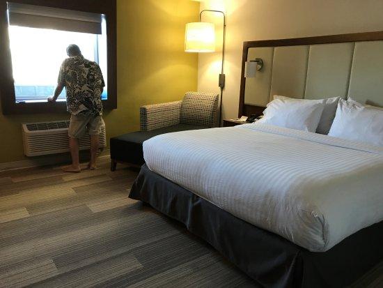 Embassy Suites by Hilton Las Vegas: Big, comfortable bedroom.