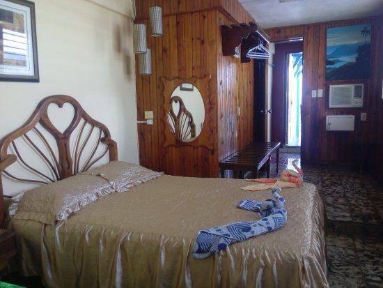 Guantanamo, Cuba: habitacón con una cama matrimonial y una personal , caja de seguridad , aire acondicionado
