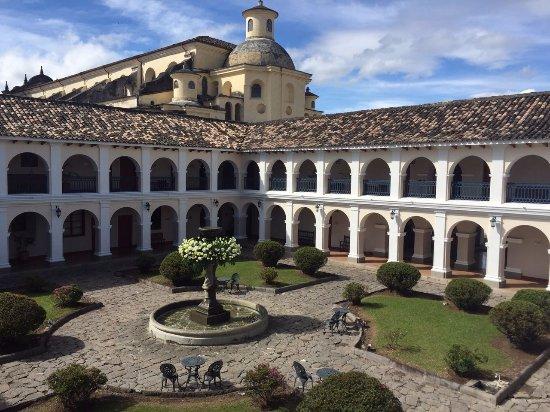 Hotel Dann Monasterio: Centro del hotel, en medio de las habitaciones.
