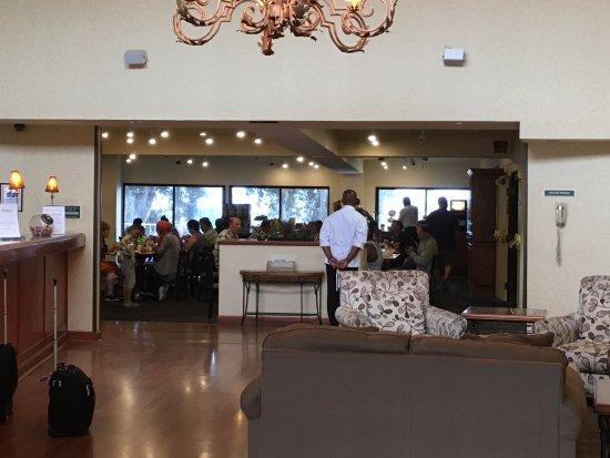 Amanzi Hotel: Looking from the entry doors to the dining area. Note the helpful staffer in white coat. Super n