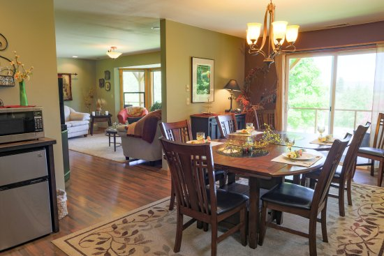 """Methow Suites Bed and Breakfast: Enjoy your """"home made"""" breakfast  in a relaxing dining room"""