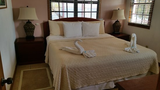 Turneffe Island, Belize: Bedroom. Very comfortable bed!