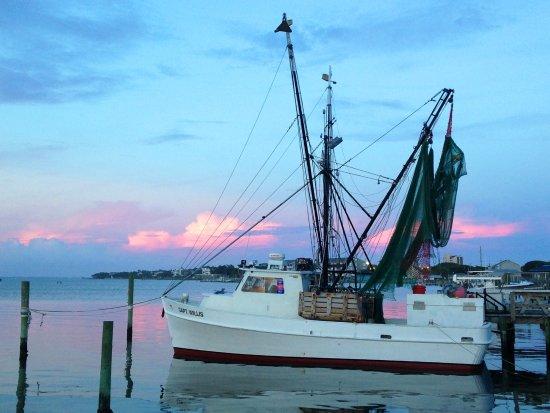Salter Path, Carolina do Norte: Restaurant is right next to fishing boat docks