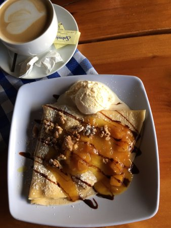 Santa Catarina Pinula, Guatemala: Warm Apple and walnut crepe with Vanilla ice cream