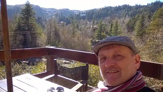 Vista Imperdible al Río y la Montaña desde el Restaurante HELMUT.