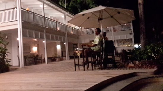 Malolo Island Resort: Night time singers for the dinners