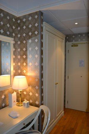 Room Mate Luca : closet and desk