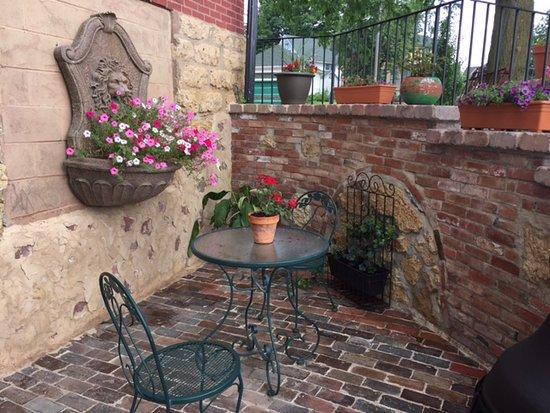 Elizabeth, IL: Entrance courtyard