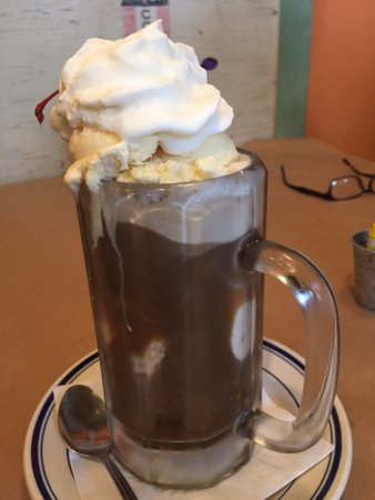 Pedal Pushers Cafe: Gigantic & excellent root beer float
