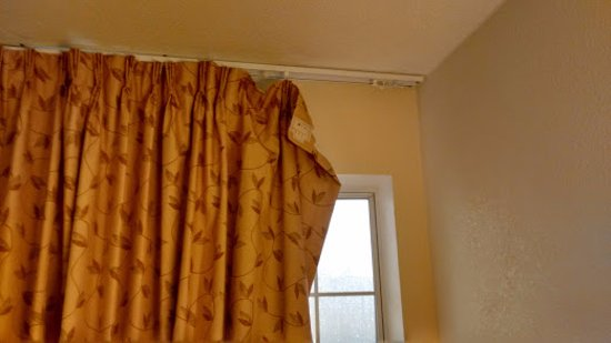 Econo Lodge West: too much trouble to even buy curtain hooks