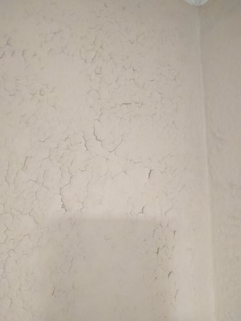 Quality Inn & Suites Moline – Quad Cities: Peeling paint