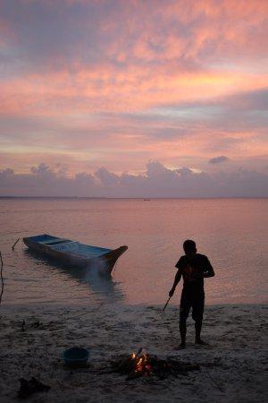 Wakatobi Hoga Diving: 2 thons cuits au feu de bois sur la plage de l'hotel pour notre dernier jour par les sea gypsies