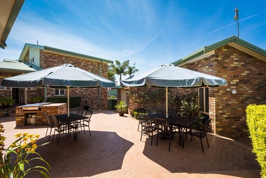 Bermagui, Australia: Courtyard with BBQ's