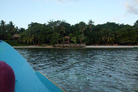 Hoga Island, Indonésia: Vue de l'hotel depuis la mer
