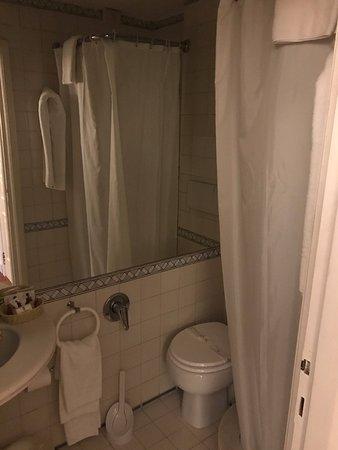 Hotel Alexandra: Tiny bathroom.