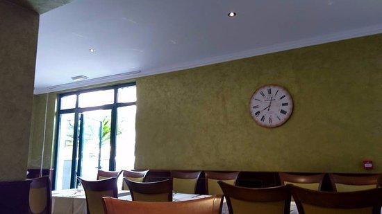 Hotel Aquarius Dubrovnik: Indoor restaurant for breakfast.