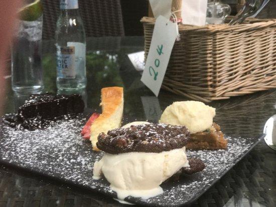 Aston Clinton, UK: Sharing desserts
