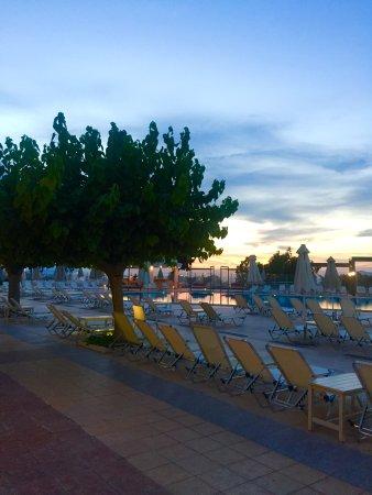 Kipriotis Panorama Hotel & Suites: Территория отеля