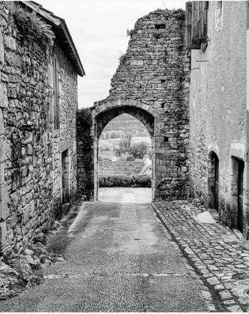 Calvignac, Франция: Accès au restaurant par la porte du village