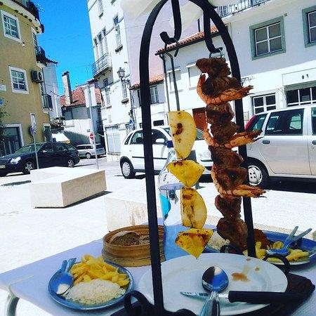 Arganil, Portugal: Espeta exótica de vitela com camarões fritos, maçã, ananás, batata frita e arroz