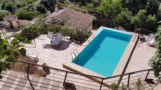 Hospederia Bajo el Cejo: Infinity pool with solarium beside it.