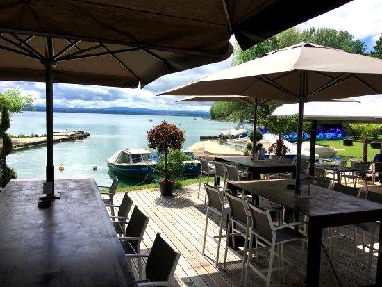 Terrasse au bord du lac restaurant neuchatel la maison for La maison du lac streaming