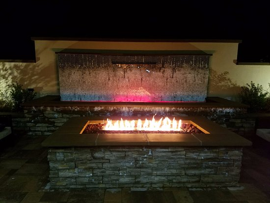 Mount Juliet, TN: The waterfall with color changing lights and the fire - pleasant outdoor space
