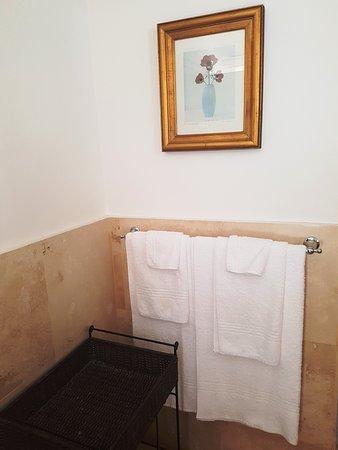 Maison Chablis Guest House: Bedroom 5 - Superior double room & gardne patio - bathroom amenities