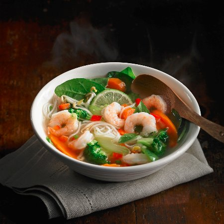 Mountain View, Kanada: Shrimp Pho Soup made with fresh raw vegetables