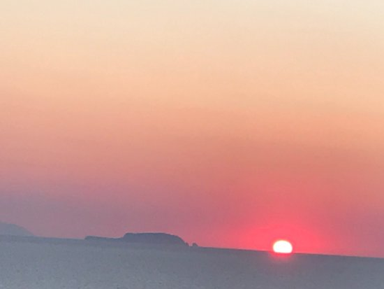 Pelagos Hotel-Oia: A short walk from the hotel up to a high point Marvellous for Sunrise morning meditation
