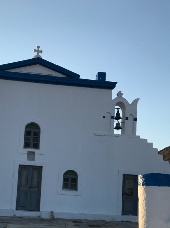 Pelagos Hotel-Oia: Lovely church nearby you can walk up to - very peaceful