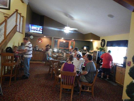 AmericInn Lodge & Suites Republic: Busy B'fast area