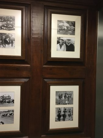 Aiken, Caroline du Sud : Historical photo viewing in the elevator