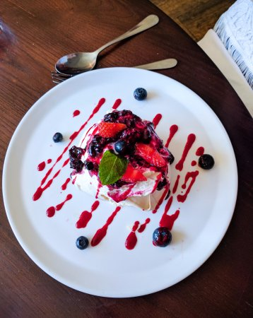 Helperby, UK: Berry pavlova