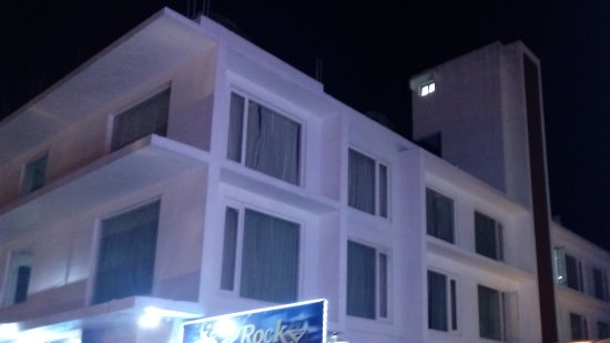 Vandayar Hotel: Night view of the hotel