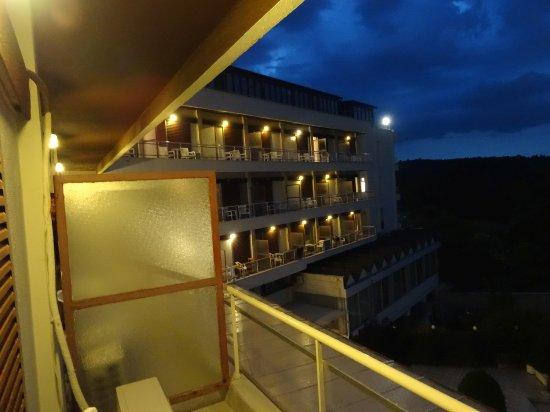 Hotel Philippion: Widok z balkonu na drugie skrzydło hotelu.