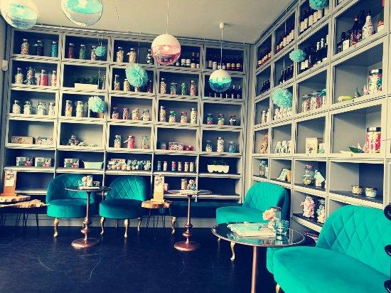 empore im caf mit freundlichen gr en es gibt viel zu entdecken bild von mit freundlichen. Black Bedroom Furniture Sets. Home Design Ideas