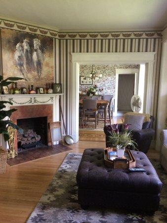 Skaneateles, Estado de Nueva York: TV + Entertainment Room with Fireplace