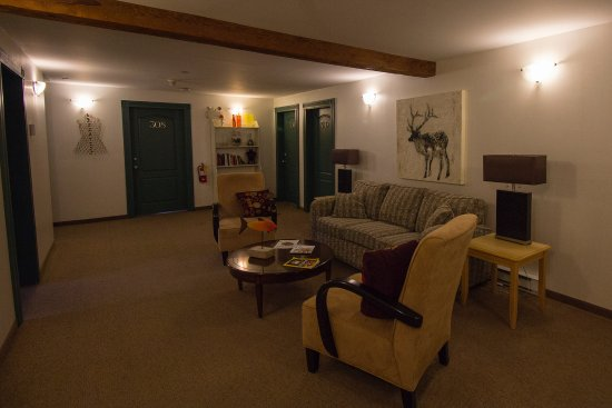 Smugglers Cove Inn: Lounge area outside the entrance to the rooms on the third floor